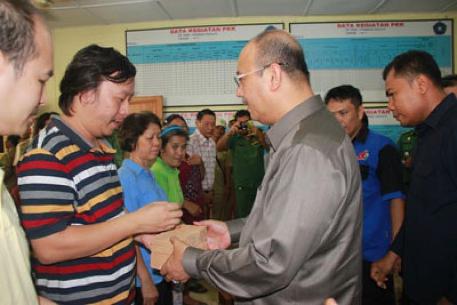 Plt Walikota Medan Serahkan 80.000 Batu Bata Kepada Korban Kebakaran di Pandau Hulu II