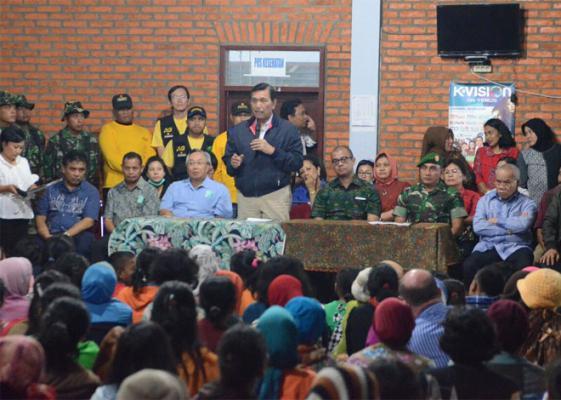 Kepala Staf Presiden dan Seskab Kunjungi Pengungsi Sinabung