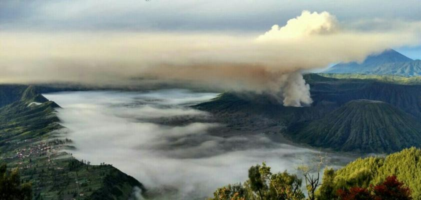Gunung Bromo Keluarkan Asap, Status Waspada