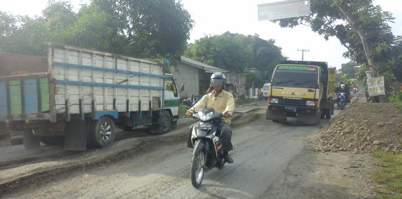 Jalan Lintas Binjai-Stabat Tidak Kunjung Diperbaiki