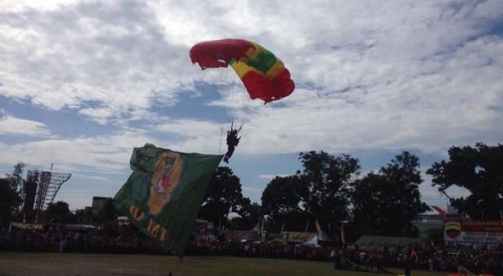 Pameran Alutsista HUT ke-66 Kodam I/BB Ditutup dengan Atraksi Terjun Payung