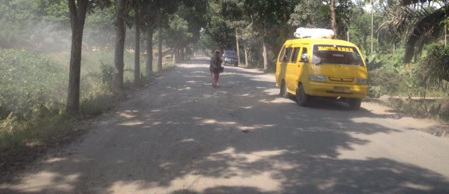 Warga Padang Tualang Keluhkan Jalan Berlobang dan Berdebu