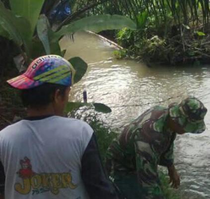 Babinsa dan Warga Gotong Royong Perbaiki Tanggul Jebol di Dolok Masihul