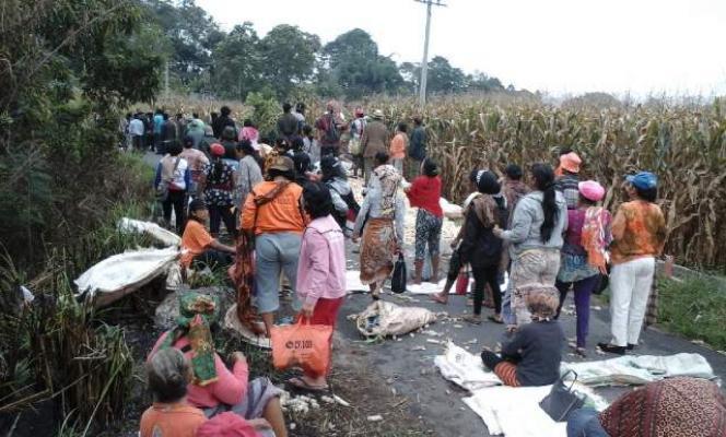 Hadang Penggusuran, Ratusan Warga Munte Kabupaten Karo Padati Jalan