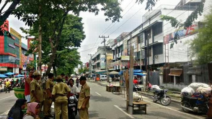 Lapak Terbakar, Pedagang Aksara Jualan di Pinggir Jalan