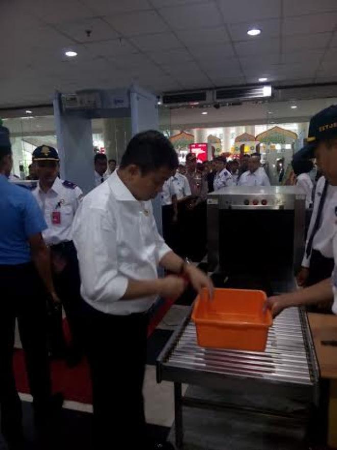 Usai Tinjau Posko, Menhub Diperiksa Petugas Avsec Bandara Kuala Namu