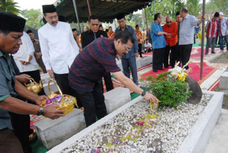 Mendagri Ziarah ke Makam Tengku Rizal Nurdin