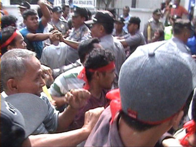 Unjukrasa Petani di Kantor PTPN III Berakhir Ricuh
