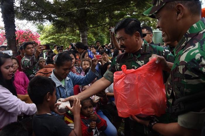 Panglima TNI Jenguk Pengungsi di Wamena